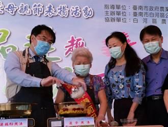 黃偉哲蓮花池旁表揚模範母親 示範蓮子料理促觀光