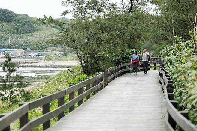 「風芝門自行車道」中,有一段臨海搭建的木棧道,平坦好走,適合親子同遊。