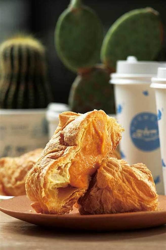 「黃金泡芙」多層次的酥皮,搭配以台農66號紅心番薯製作的綿密內餡,極富飽足感。(60元/個)