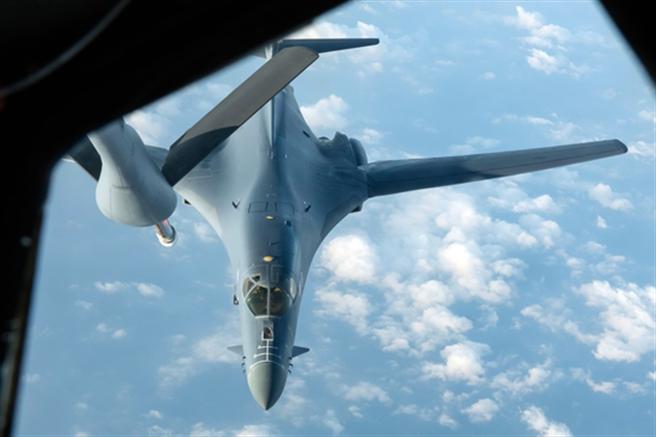4月30日,來自美國埃爾沃斯空軍基地的一架B-1B戰略轟炸機在飛行訓練途中準備加油。(美國空軍官網)