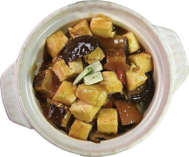 〈火腩炆豆腐飯〉用的食材包括鹽滷豆腐、燒腩肉、北菇與蔥薑等,並用蠔油芡汁提味,吃的是「肉香」與「鍋氣」。圖/姚舜