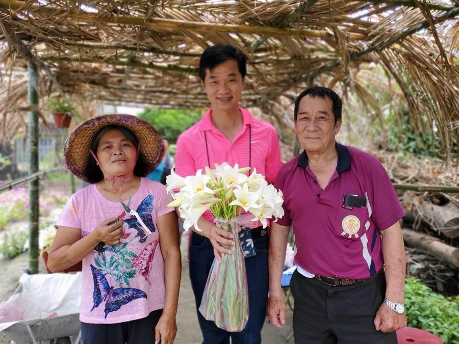 莫麗蘭(左)與丈夫吳國祥(右),中為雲林縣議員李明哲,莫麗蘭見到李十分驚喜,合影留念。(周麗蘭攝)