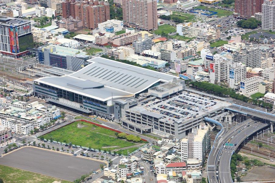 高鐵左營站為核心的高鐵特區,是高雄唯一的三鐵共構交通樞紐,圖左上為新光三越左營店。圖/高雄都發局提供