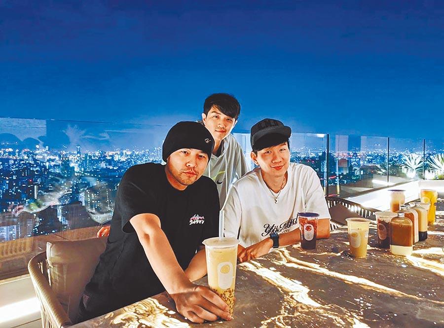 JJ(右)日前和周杰倫(左起)及友人聚餐喝奶茶。(摘自林俊傑IG)