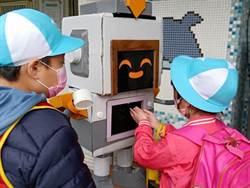 讓機器人幫你消毒!八里國小師生創造「卡娃伊」的自動酒精噴霧器