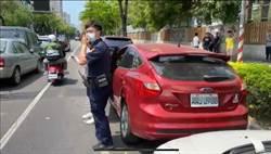 路邊停車因故遭卡 警神乎其技助脫困