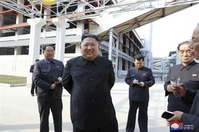 金正恩(左二)5月1日出席平安南道順天市一座新肥料廠的竣工典禮。(圖/美聯社)