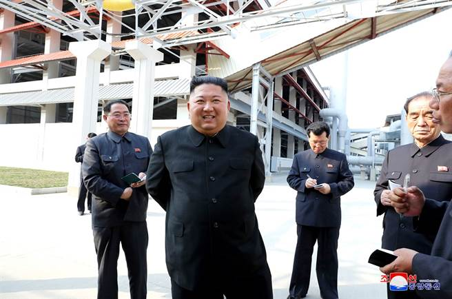 北韓最高領導人金正恩神隱3周,1日選擇以順天磷肥廠竣工儀式作為「復出」舞台,外媒分析,金正恩傳遞了他仍完全掌控北韓的訊息,同時也向世界證明:他不需要靠射飛彈或測試核武,也能奪取國際頭條版面。(圖/路透社、朝中社)