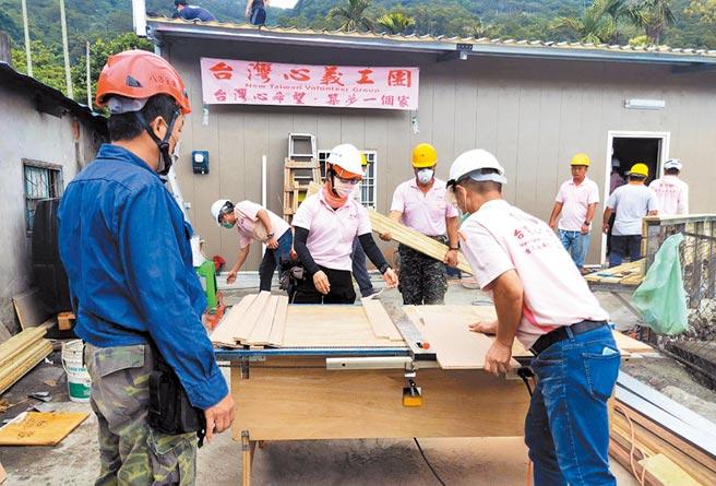 台灣心義工團的成員,在全台各地協助弱勢者重建家園。(翻攝圖片/莊哲權台東傳真)