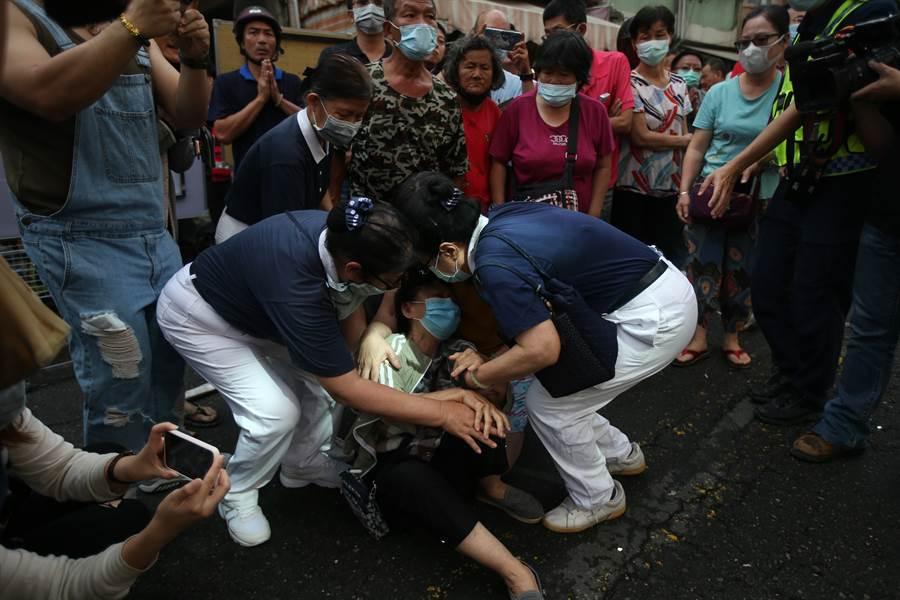 賴文德女兒一家5口受困火場,親屬崩潰哭倒在地。(劉宥廷攝)