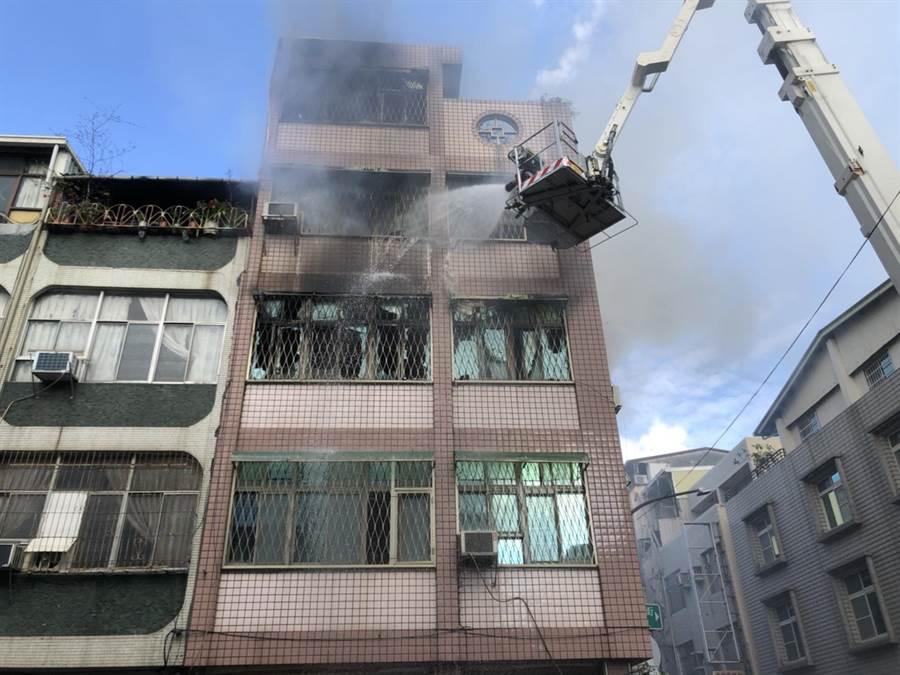 雲梯車搶救2大3小受困者,然住家外加裝了鐵窗和強化玻璃,影響救援進度。(劉宥廷攝)