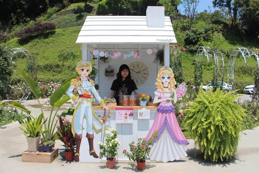 雅聞七里香玫瑰森林打造花季市集,行銷產品並成打卡新地標,吸引遊客朝聖拍照。(何冠嫻攝)