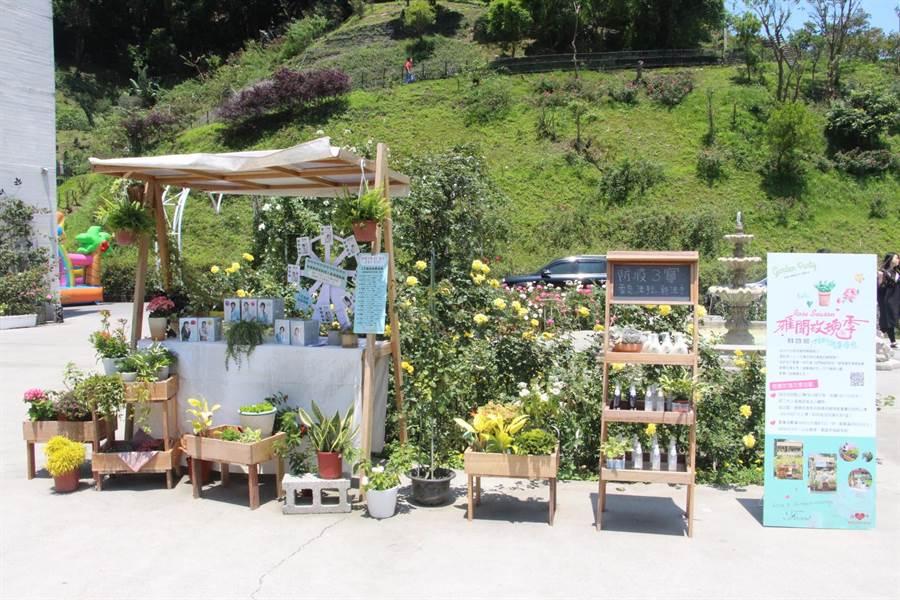 雅聞七里香玫瑰森林打造花季市集,擺放療癒植栽與熱銷商品,行銷產品外也成拍照新景點,大獲好評。(何冠嫻攝)