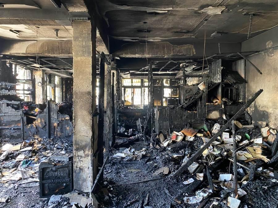 資深消防員說,牆壁也已經燒黑崩塌,可見當時的高溫和濃煙下,五名受困的賴家女兒一家人是忍受多麼的身體疼痛與煎熬。(翻攝照片/劉宥廷高雄傳真)