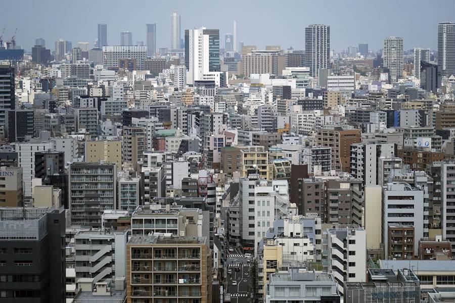 日本百貨業面臨衰退,其他12個行業受到衝擊,圖為東京街頭。(美聯社資料照片)