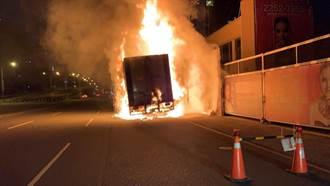 驚!貨車台灣大道上自燃 整車排風扇變「風火輪」