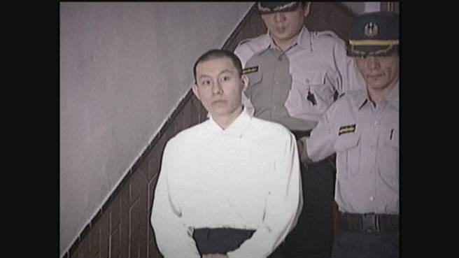 2000年淡水情殺案,建商小開王鴻偉因追求不成,竟惱羞成怒砍殺心儀對象176刀。(中天電視畫面)