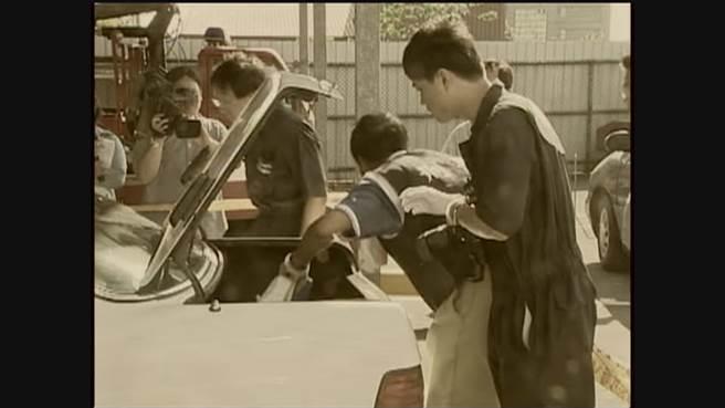 警方搜索王鴻偉犯案用的白色賓士車。(中天電視畫面)