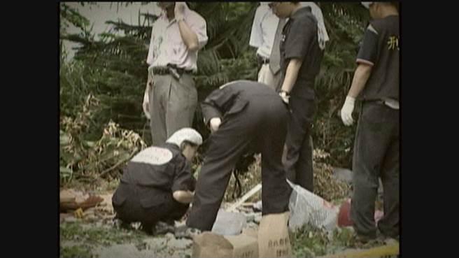 鑑識人員在淡水情殺案棄屍現場蒐證。(中天電視畫面)