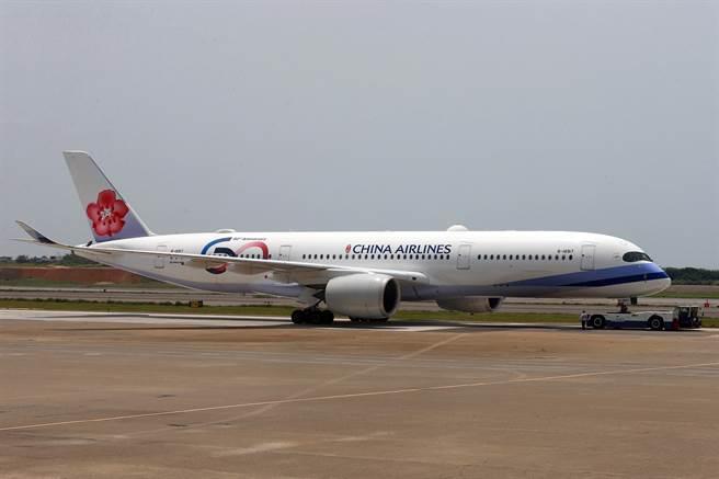 華航班號CI181航班,於4日下午1時許從桃園機場起飛,預計在台灣時間晚上19時50分飛抵印度德里國際機場,21時30分返航,5日凌晨4時飛抵桃園機場,接回180名國人。(陳麒全攝)