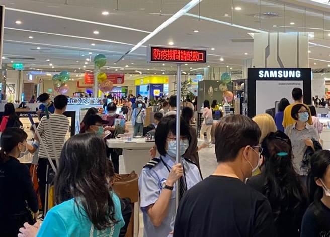 民眾可能悶壞了而傾巢而出,新竹巨城購物中心在五一3天連假整體業績較去年同期成長約5成。(巨城提供/陳育賢新竹傳真)