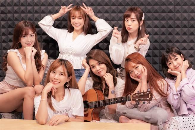 創作歌手紀儀羚(前排右三)攜手樂天女孩獻唱,甜美嗓音帶來溫暖的力量。(樂天桃猿提供)