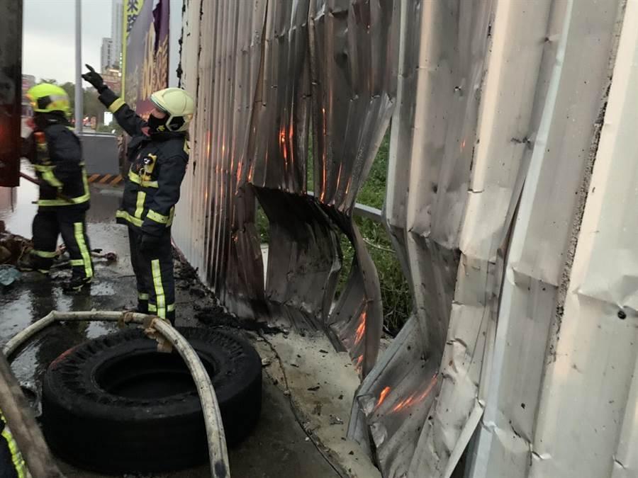 消防隊前往搶救,到達發現是一部貨車起火燃燒,立即佈署水線搶救。(翻攝照片/盧金足台中傳真)