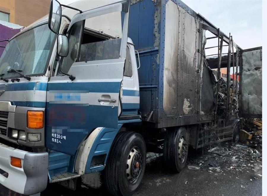 四日凌晨一輛載滿排風扇的貨車,行經台中市西屯區台灣大道三段時,忽然起火燃燒。(翻攝照片/盧金足台中傳真)
