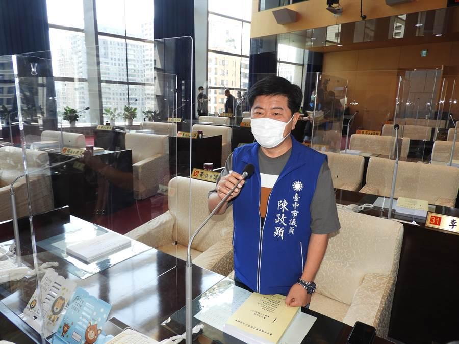 國民黨團書記長陳政顯說,加裝隔板是避免相互感染,相信議員習慣就好,質詢時的大字報或看板都不會影響。(陳世宗攝)