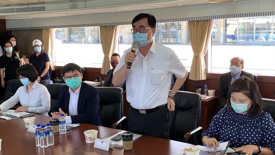 針對愛情摩天輪開發案,高市副市長李四川(中)4日開炮,「給了港務公司6年時間,為何不簽約?」(柯宗緯攝)
