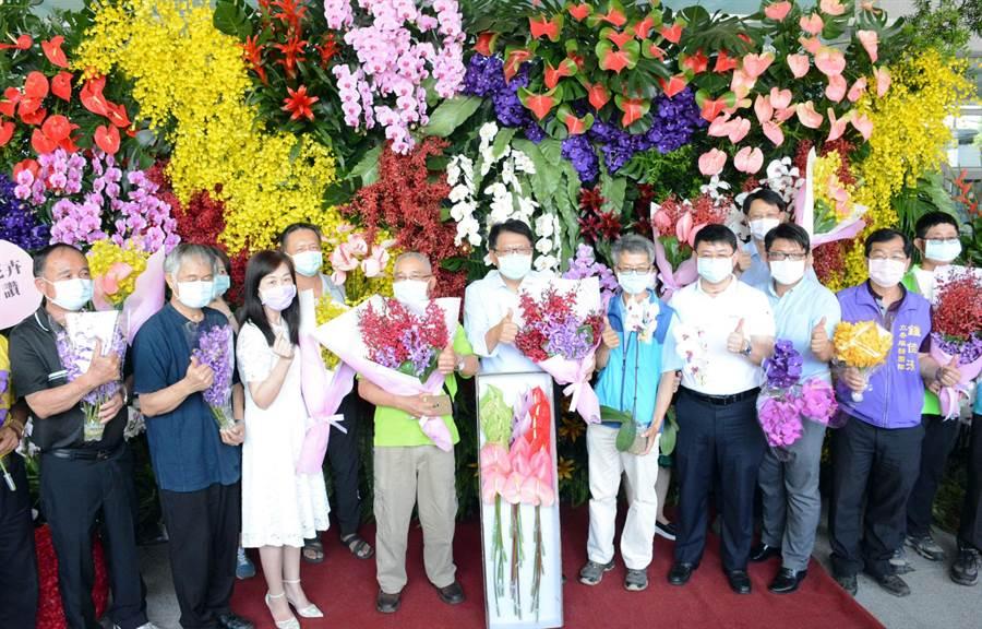 屏縣府將舉辦萬名學生網路教學手作花束,除慶祝母親節,也協助花農度過疫情衝擊。(林和生攝)