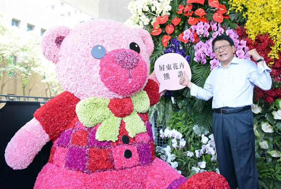 屏縣府打造大型花牆及花熊,邀請洽公民眾打卡、同時行銷產業。(林和生攝)
