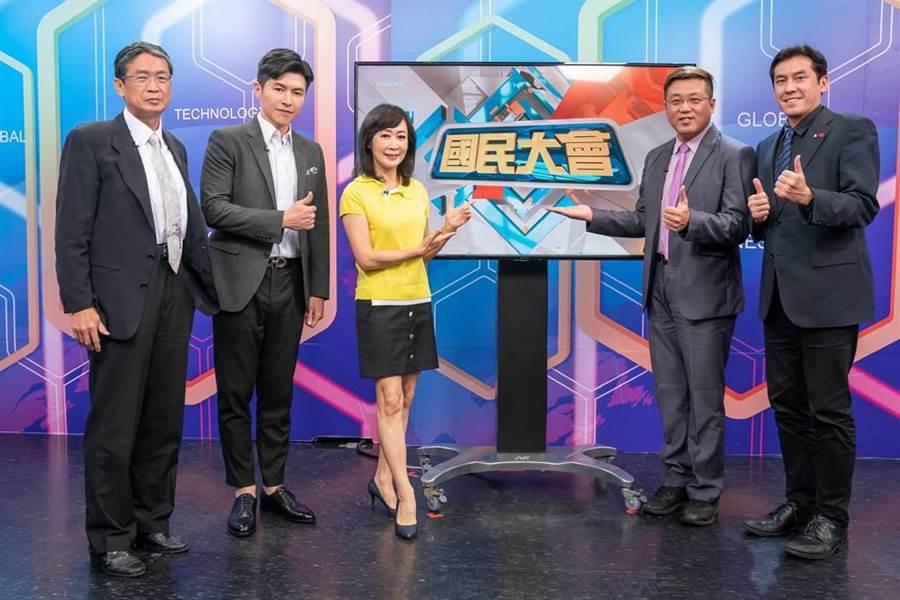馬西屏(左起)與主持人謝曜州、粘嫦鈺、黃敬平、黃暐瀚開心合影。(TVBS提供)