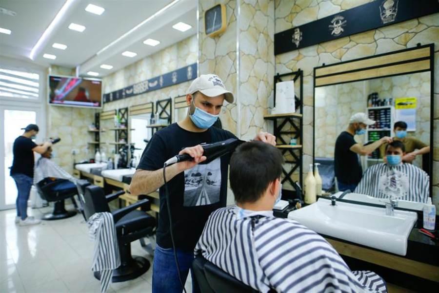 德國今天起有限度重新開放博物館、髮廊等。科隆一家理髮店已經有顧客上門。(路透)