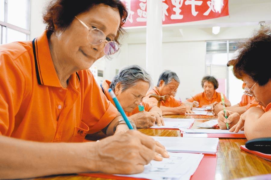 潮州鎮檨子里老人家近7成不識字,經到百歲小學堂上課後,現在寫出名字不再是難事。(謝佳潾攝)