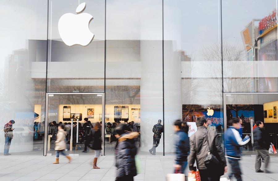 行人從北京一家蘋果專賣店外走過。(新華社資料照片)