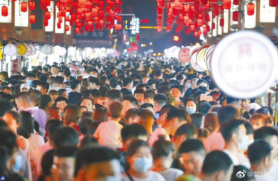 大陸「五一」小長假有近三分之一遊客沒戴口罩出遊,圖為河南洛陽老城的十字街。(取自新浪微博@常鏡頭)