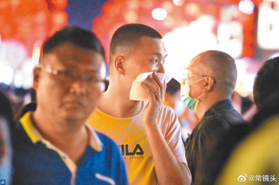 未戴口罩的男子用衛生紙遮口鼻。(取自新浪微博@常鏡頭)