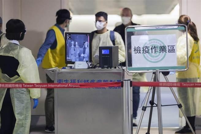 129名乘客在下機後,先在登機門前的移動式體溫量測站前量測體溫,再進入候機室審查相關文件。(陳麒全攝)
