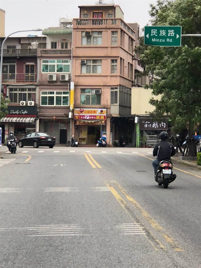 「一夜富彩券行」開在金城鎮西海路與民族路的T字路口,車流夜以繼日直衝而來,是一般人口中的「路沖」。(李金生攝)