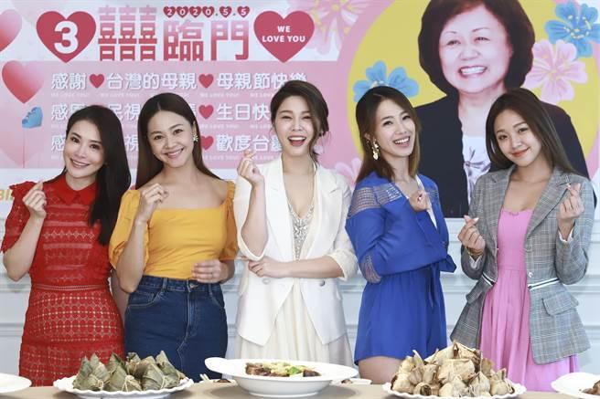 德馨(左起)、張䕒心、白家綺、黃瑄、賴慧如開心回娘家民視,一同慶祝母親節。(民視提供)