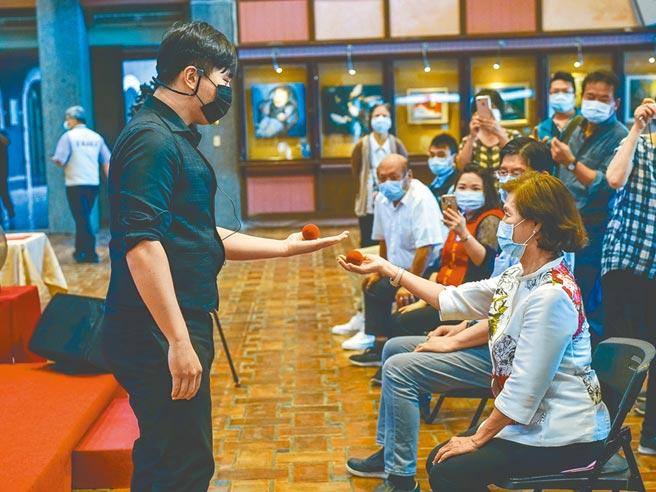 「蘭陽青年圓夢計畫」獲選者之一的林陸傑(左)昨在授證頒獎典禮上,以魔術演出與宜蘭縣長林姿妙(右)互動。(李忠一攝)