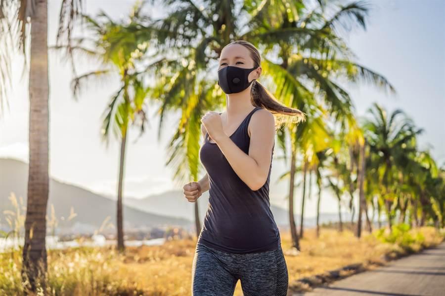 國中生上體育課猝死,醫師指出,少年運動猝死多是心血管疾病,但戴口罩運動真要命,容易耗損體力。(示意圖/Shutterstock)
