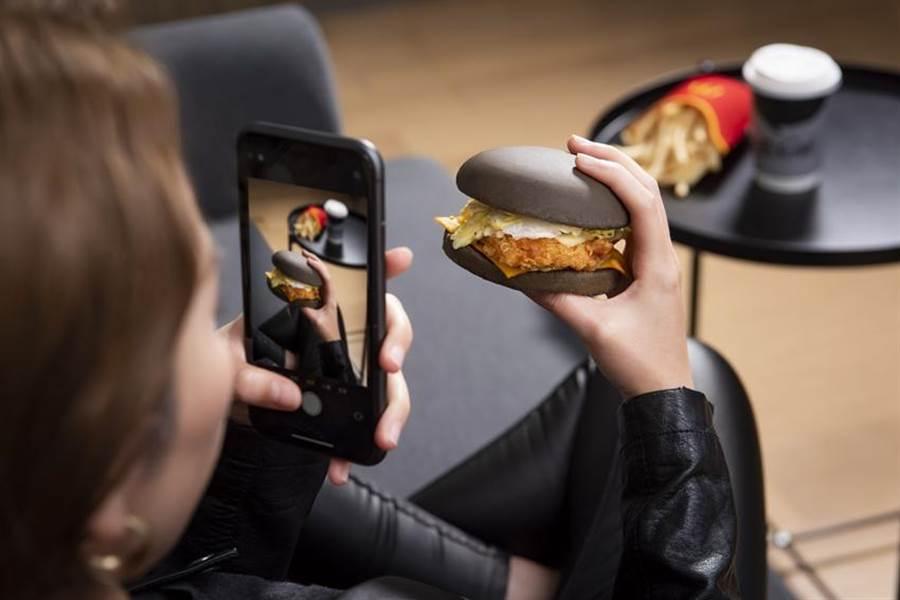 明(6)日起,麥當勞「雙牛起司黑堡」強勢回歸,同時推出全新「脆雞起司黑堡」與「嫩雞起司黑堡」,滿足不吃牛的老饕。(圖/台灣麥當勞)