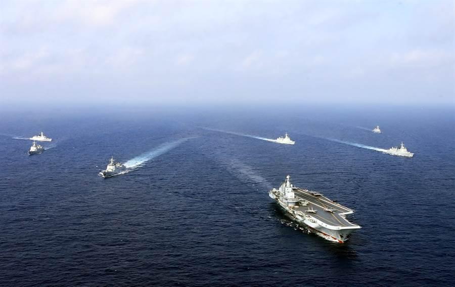 解放軍空軍退役少將喬良表示,現在絕對不是武統台灣的時機,因為不論就軍事力量或是經濟影響,代價都太大。圖為大陸遼寧艦航母編隊在東海作戰訓練的資料照。(資料照/中新社)
