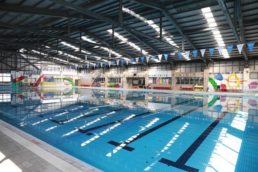 台中市頭家國小設有室內溫水游泳池,目前游泳教學暫緩實施,但校隊及社團低於100人,照常訓練。(王文吉攝)
