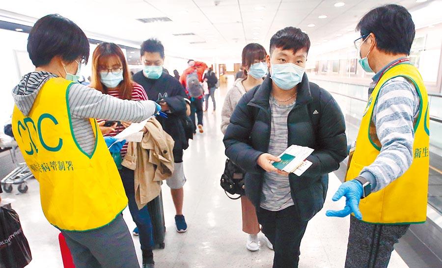 新冠肺炎國際疫情趨緩,世界各國醞釀在6月底前「解封」。圖為飛抵桃園機場的旅客,入境前排隊查驗健康聲明書。(本報資料照片)