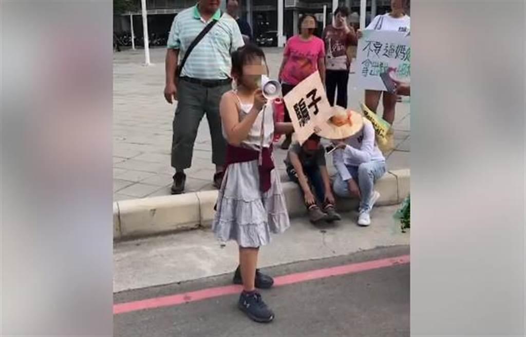 女童拿著大聲公,在路邊大喊罷韓口號。(圖/摘自葉匡時臉書)