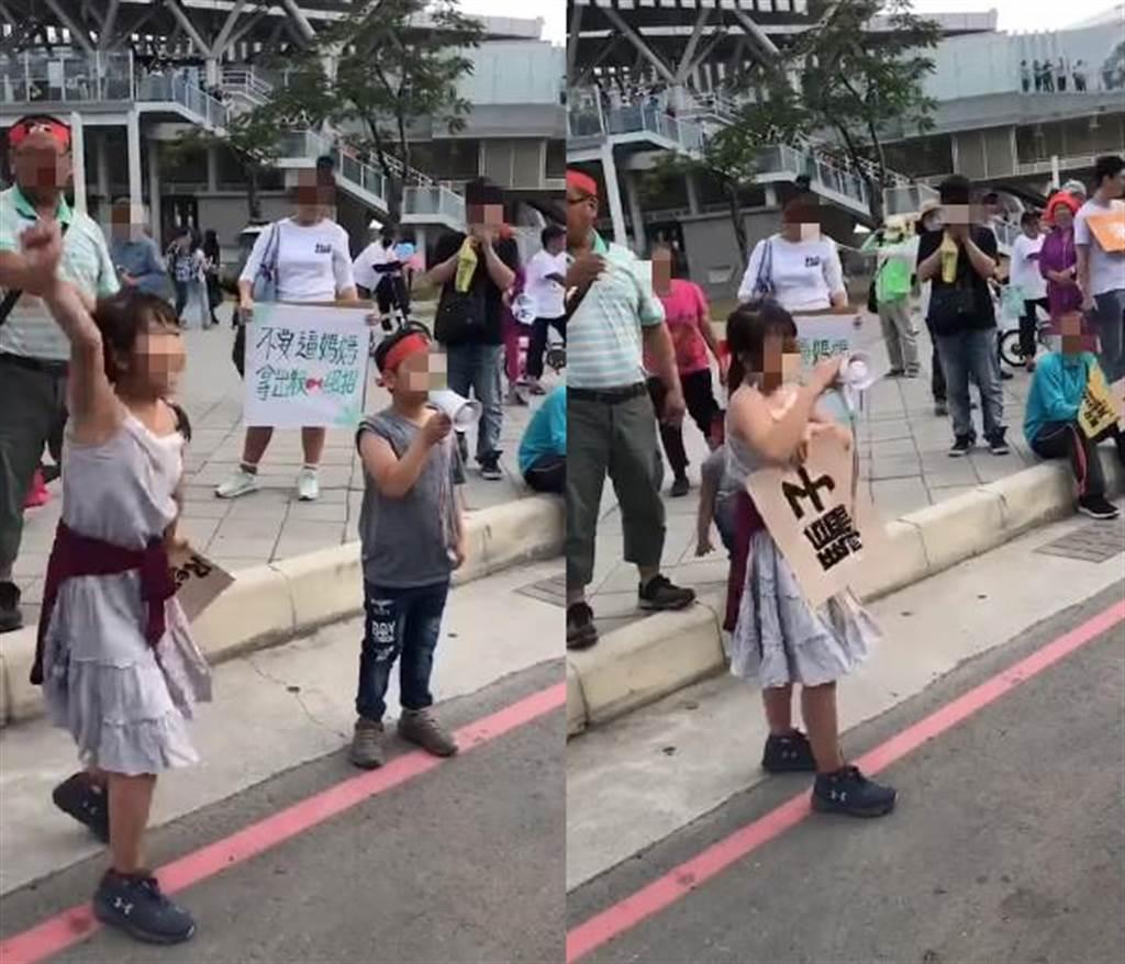 兩名孩童拿著大聲公,在路邊大喊罷韓口號。(圖/摘自葉匡時臉書)