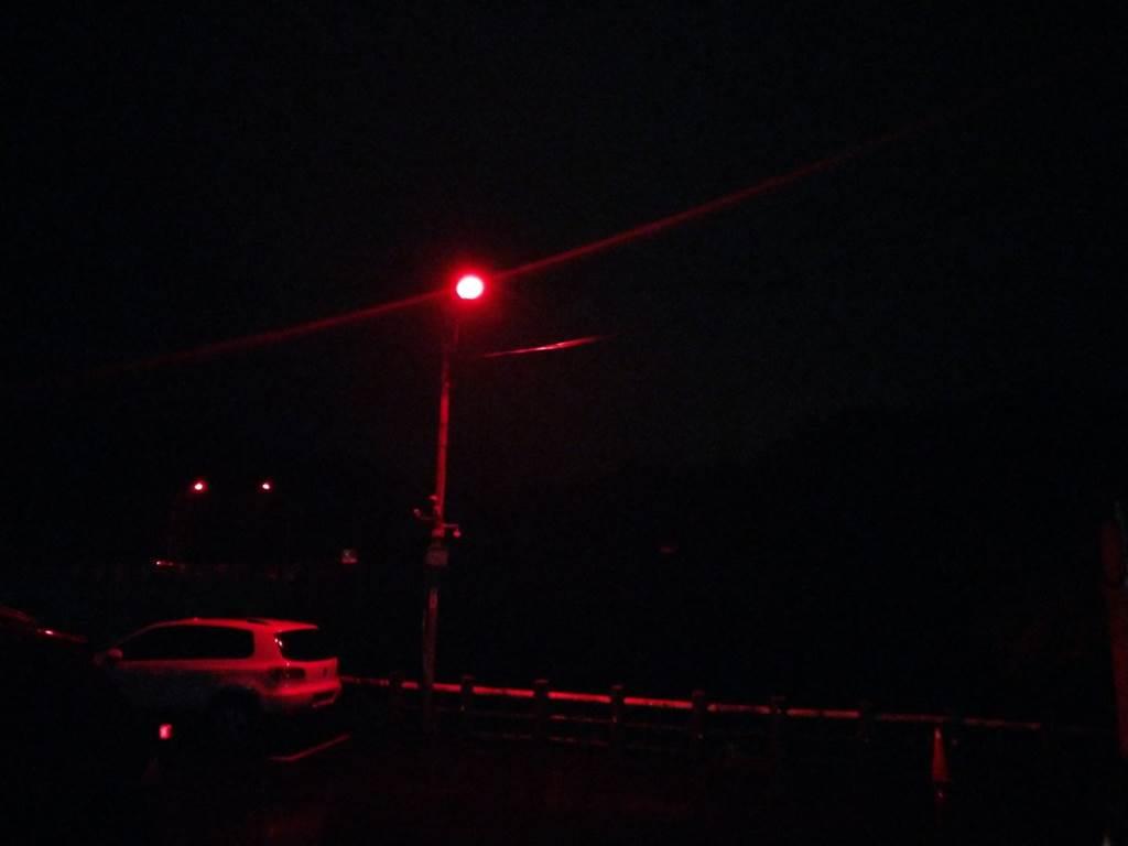 平溪老街出口至平溪區公所路段路燈夜晚覆玻璃紙情形。(圖取自新北市農業局官網)